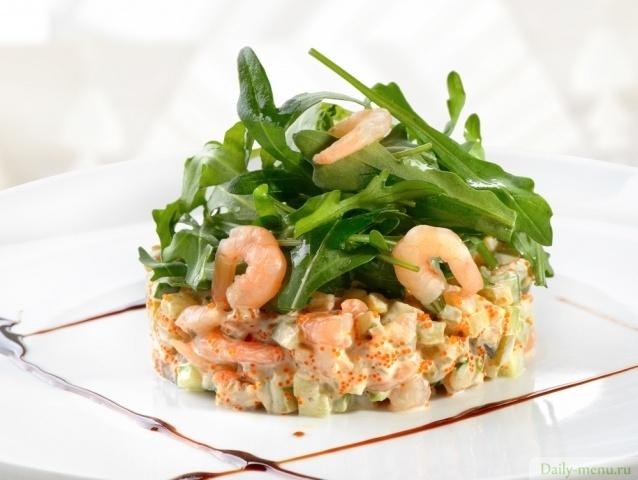 Салат с авокадо, креветками и рукколой. Фото: Shutterstock