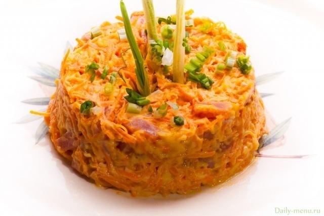 Салат с сырой морковью яблоком и сыром